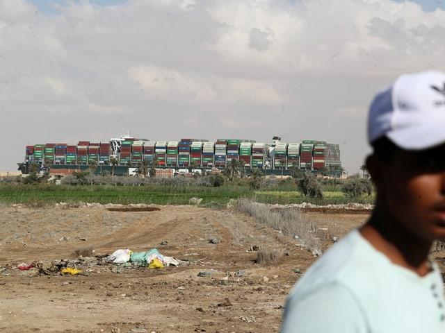 Uma visão verde do Evergreen das margens do Canal de Suez, dois dias após o acidente.