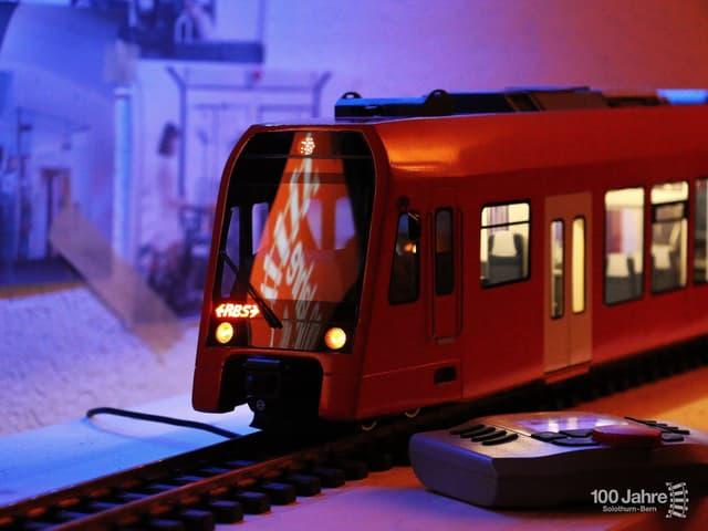 Eine rote Modelleisenbahn.