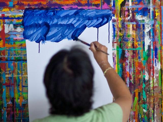 Eine Frau beim Malen.