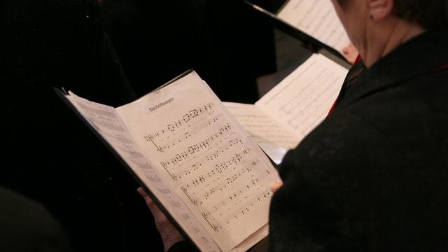 Maletg simbolic: notas da chantadurs e chantaduras dad in chor.