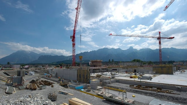 Baustelle, Krane, dahinter die Stockhornkette.
