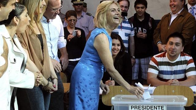 Die rechtskonservative Kandidatin Evelyn Matthei an der Urne.