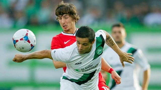 Zweikampf zwischen dem St. Galler Spieler Mario Mutsch und Pavel Yakovlev von Spartak Moskau.