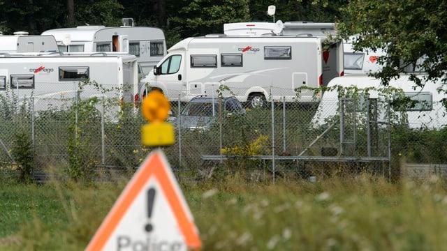 Wohnwagen und Camper auf einem Feld
