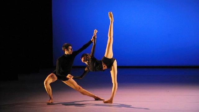 Mann und Frau tanzen Ballett.