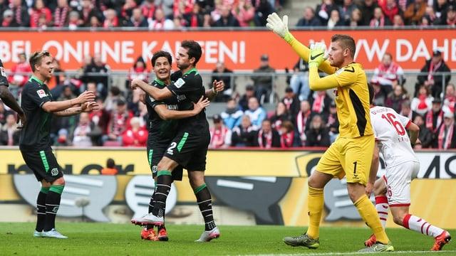 Die Hannoveraner umarmen sich, Kölns Torhüter Timo Horn protestiert.