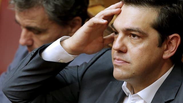 Alexis Tsipras hält sich die Hand an den Kopf im Rahmen der gestrigen Parlamentsdebatte.