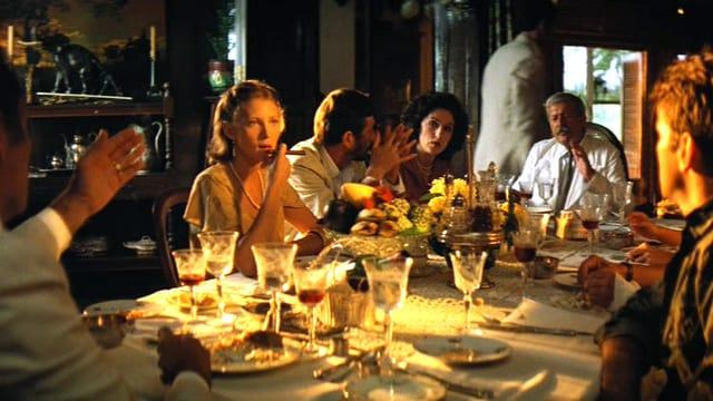 Szene aus «Apocalypse Now Redux»: Leute sitzen um Esstisch.