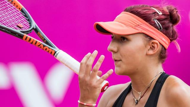 Rebeka Masarova mit Tennisschläger.