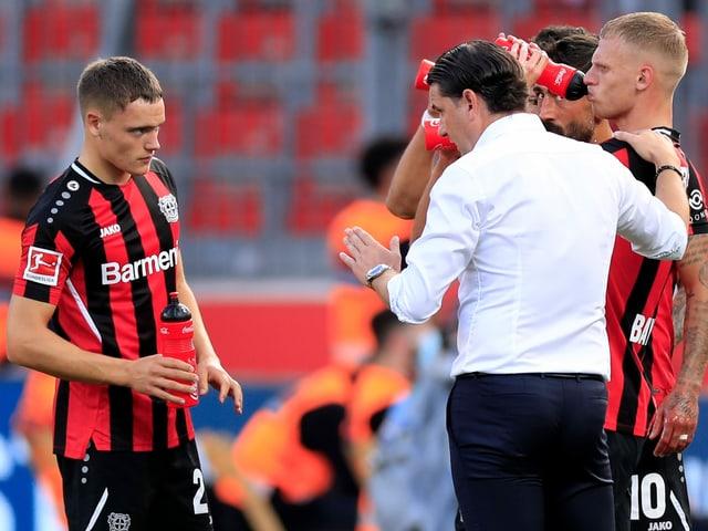 Gerardo Seoane versammelt seine Spieler um sich.