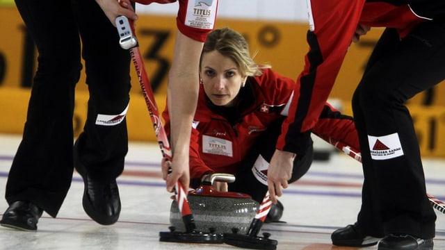 Silvana Tirinzoni bei der Abgabe eines Curling-Steines