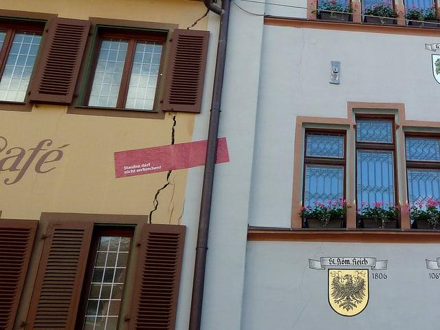Risse im Rathaus Staufen.