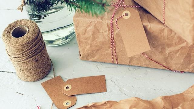 Mit Packpapiert verpackte Geschenke.