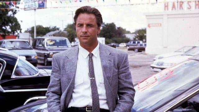 Don Johnson lehnt sich gegen ein Auto. Still aus «The Hot Spot».