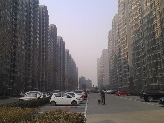 Zahlreiche Hochhäuser reihen sich aneinander