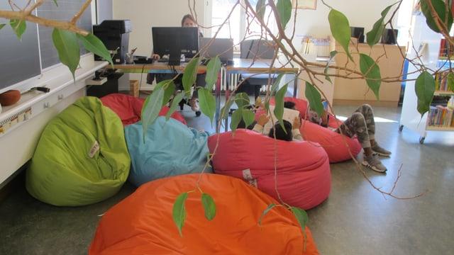 Farbige Sitzsäcke in der Tagesschule Aegerten in Zürich