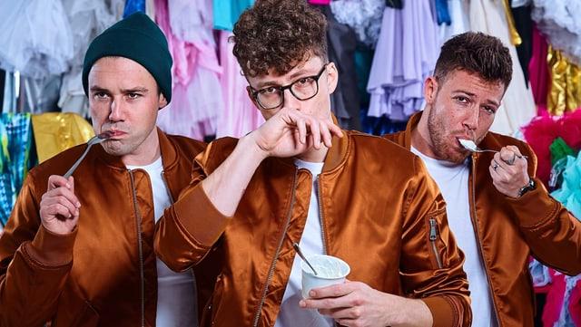 Drei Männer essen Joghurt