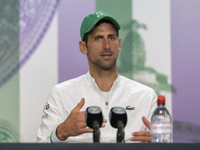 Novak Djokovic spricht in ein Mikrophon.