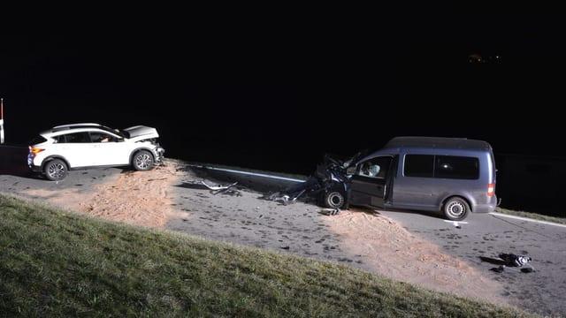 Ein weiteres Foto aus der seitlichen Perspektive. Man sieht ein weisses sowie ein graues Auto. Die Motorhauben sind komplett eingedrückt.