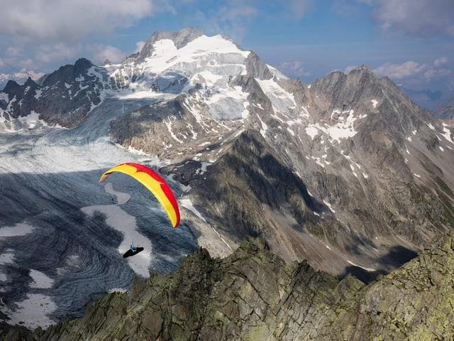 Gleitschirm vor Berg und Gletscherlandschaft