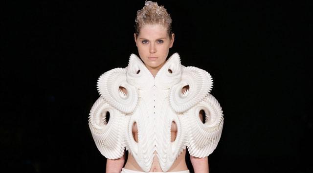 Ein futuristisches Design, dass ein wenig an Wirbelsäulen oder Tintenfischtentakeln aussieht die sich um das Model schlingen.