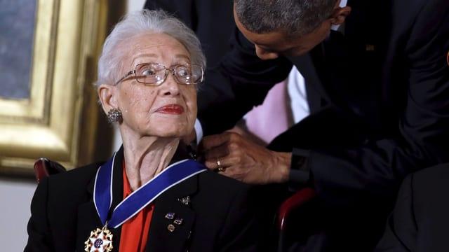 Obama legt der 79-jährigen Katherine Johnson die Medallie um den Hals.