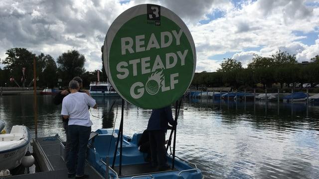 Auf einem Pedalo im Bodensee befindet sich das Ziel.