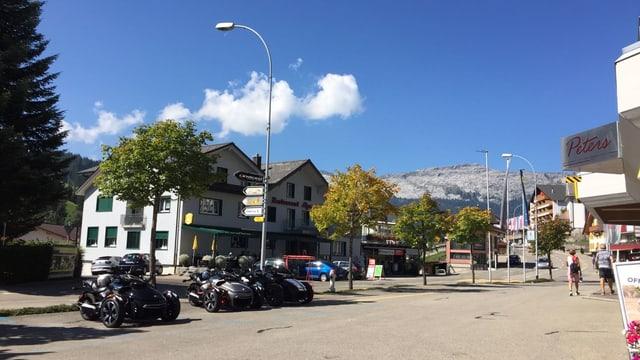 Motrorräder unter blauem Himmel.