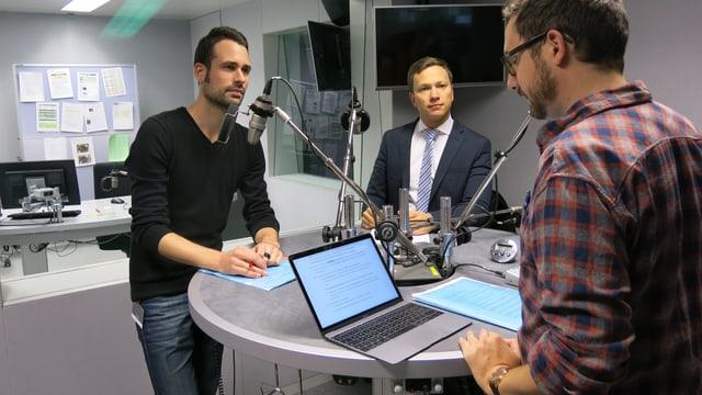 Blick ins Radiostudio mit der Diskussionsrunde.