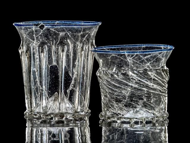 Zwei farblose Gläser mit blauem Fadenrand.