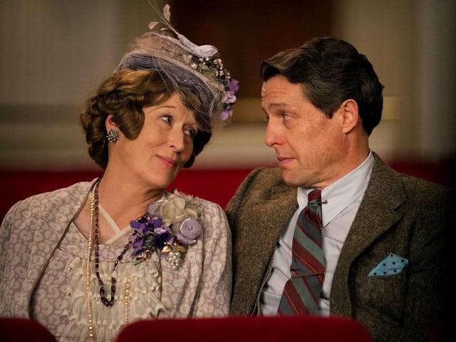 Florence Foster Jenkins und ihr Mann schauen sich tief in die Augen.