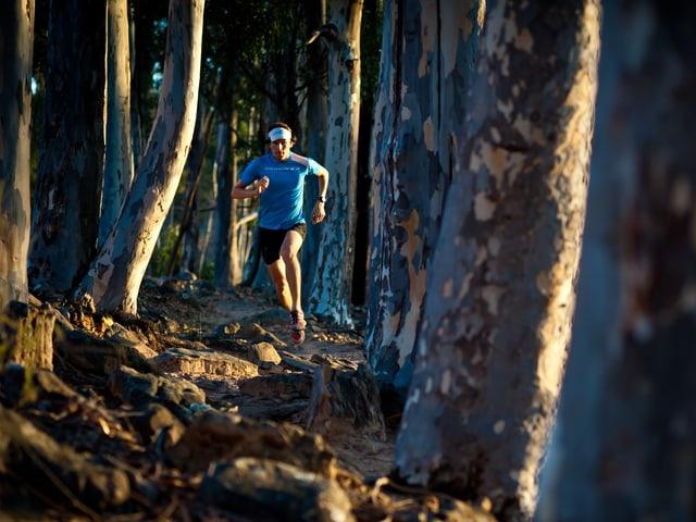 Gabriel Lombriser rennt durch den Wald