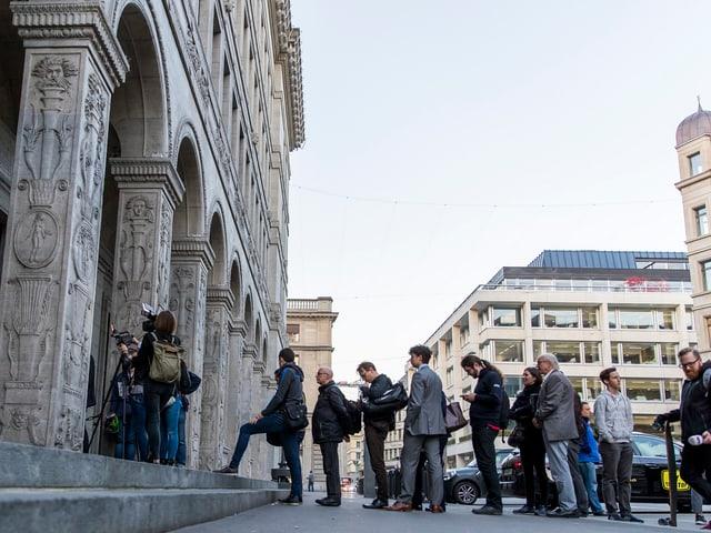 Leute stehen vor der Nationalbank für die neue 10er-Note an.