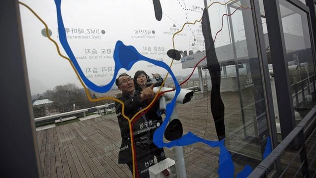 Südkoreaner betrachten die Karte der entmilitarisierten Zone zwischen Nord- und Südkorea. (reuters)