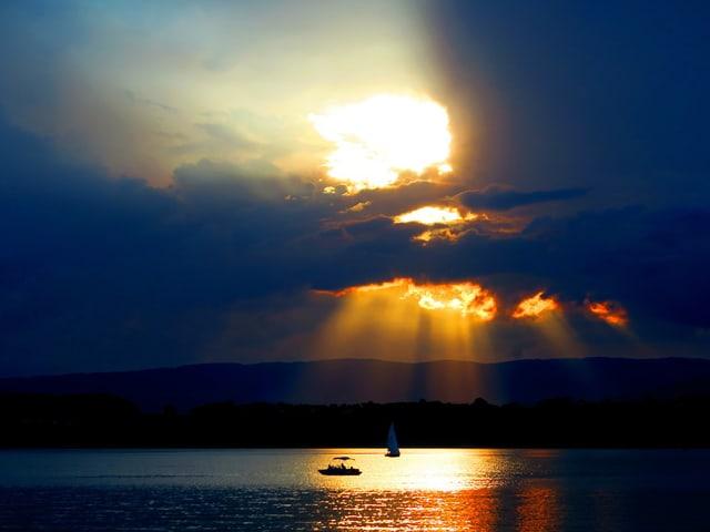 See, Wolke, Sonne dahinter macht Strahlen