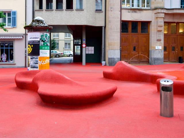 Der Rote Platz ist ein rot eingekleideter Platz mit Lounge-Sesseln.