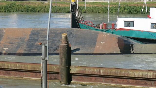 Der Schiffsrumpf im Rhein.
