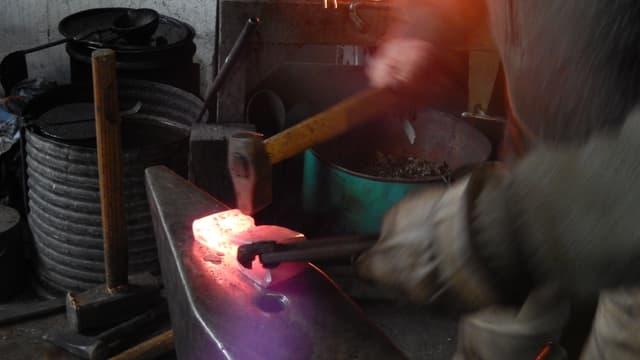 Scoladas vegnan tecnicas veglias d'elavurar differents materials.
