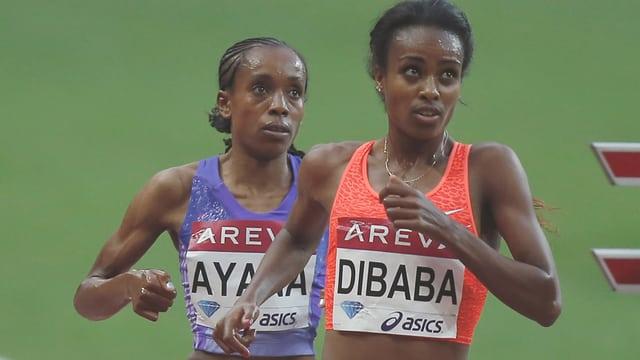 Almaz Ayana rennt hinter Genzebe Dibaba.