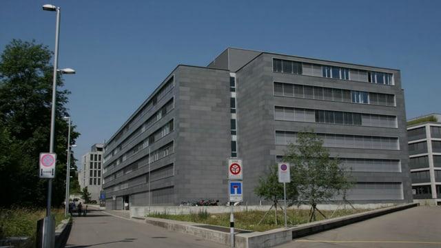 Ein Gewerbegebäude mit grauer Fassade.