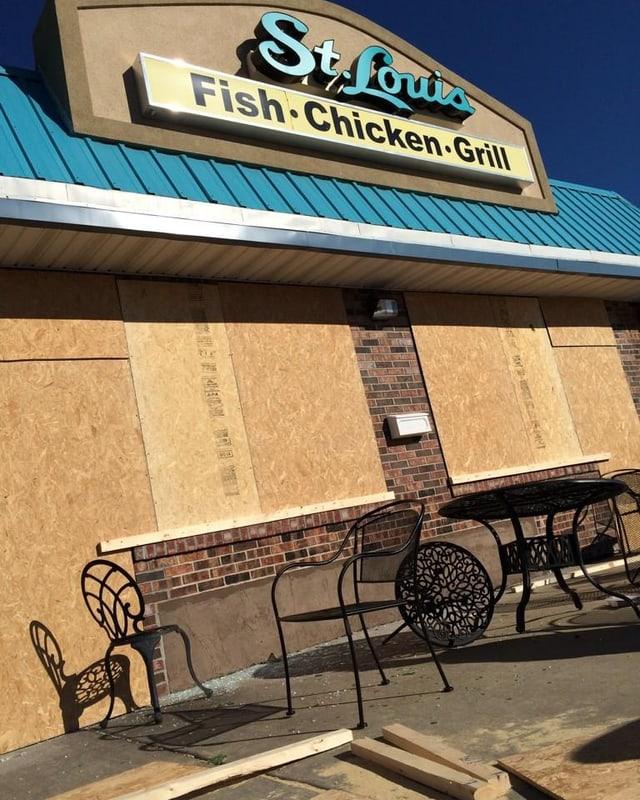 Ein Restaurant hat seine Fenster mit Sperrholz verbarrikadiert
