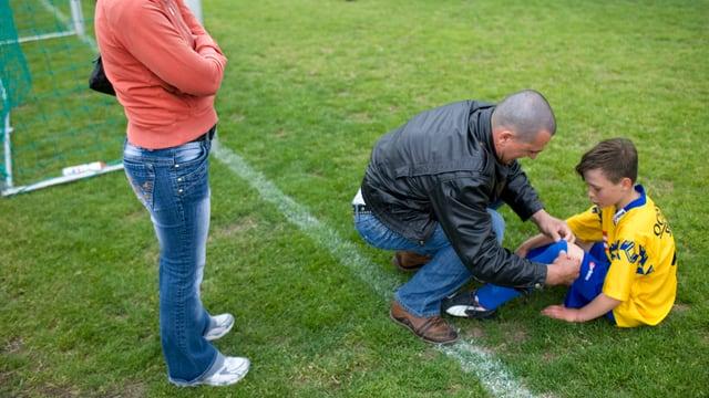 Vater tröstet Fussballjunior