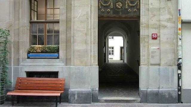 Ein offenes Durchgang in ein altes Gebäude