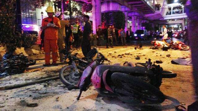 Ein zerstörtes Motorrad auf der Strasse.