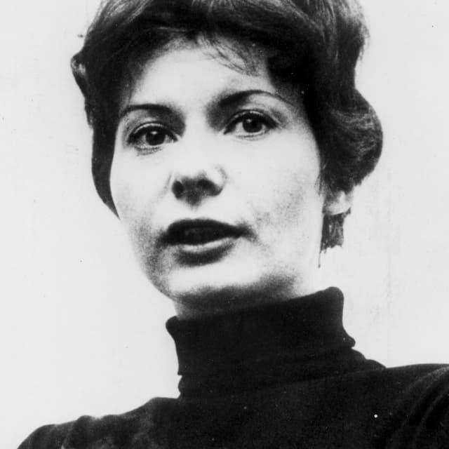 Schwarz-weiss Porträt einer Frau mit kurzen Haaren und dunklem Rollkragenpullover.