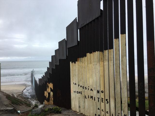 Ein Bild der Grenze, die Mexiko und die USA voneinander trennt.