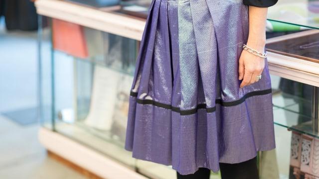 Sabine Portenier trägt einen lila Rock, der schimmert.