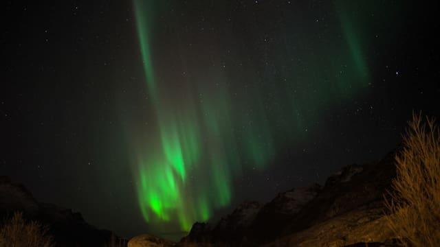 Grünes Polarlicht über Felslandschaft