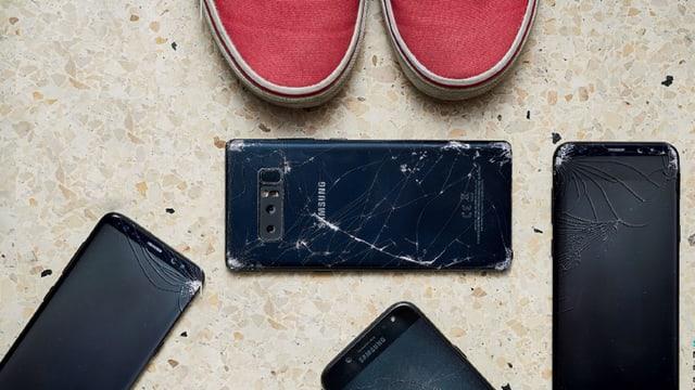 Vier Samsung-Handys mit gesprungendem Display.