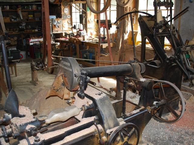 Blick in die Werkstatt, in der Holzschuhe hergestellt werden.